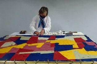 """Intervention de la restauratrice de textiles Montaine Bongrand sur la tapisserie """"Noeud de miroirs"""" de Jean Deyrolle"""