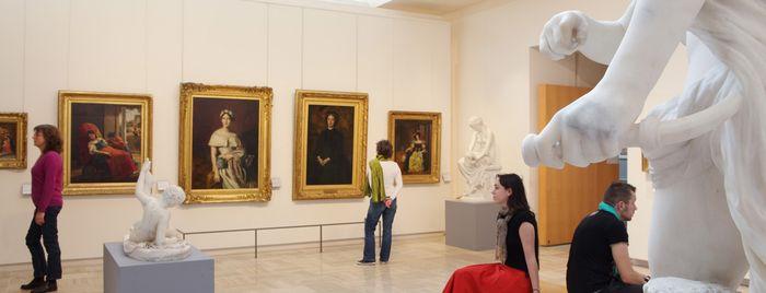 Visiteurs en salle de peinture française
