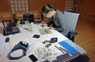 Marine Letouzey travaille sur un dessin de Roux-Champion