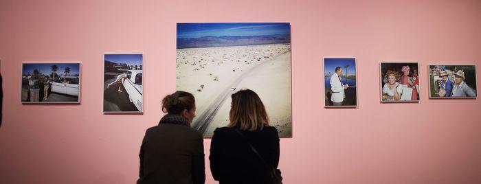 """Visiteurs dans l'exposition """"Robert Doisneau, l'œil malicieux"""" © Quimper Bretagne Occidentale / Pascal Perennec"""