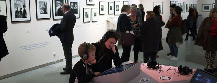 """Visiteurs dans l'exposition """"Robert Doisneau, l'oeil malicieux"""""""