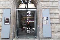Signalétique bilingue sur la porte d'entrée du musée
