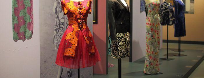 """Tissus créés d'après des motifs de Raoul Dufy dans l'exposition """"Raoul Dufy, les Années folles"""" © Pascal Perennec / Ville et Quimper Bretagne Occidentale"""