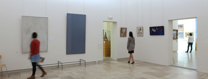Visiteurs en salle contemporaine