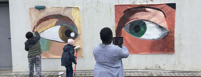 """Classe-musée """"Pen'eyes"""" des CM1-CM2 de l'école de Pennanguer : encollage d'oeils peints au pôle enfance"""