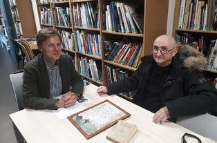 Lucien Marchal remet un dessin de Max Jacob à Guillaume Ambroise, directeur.